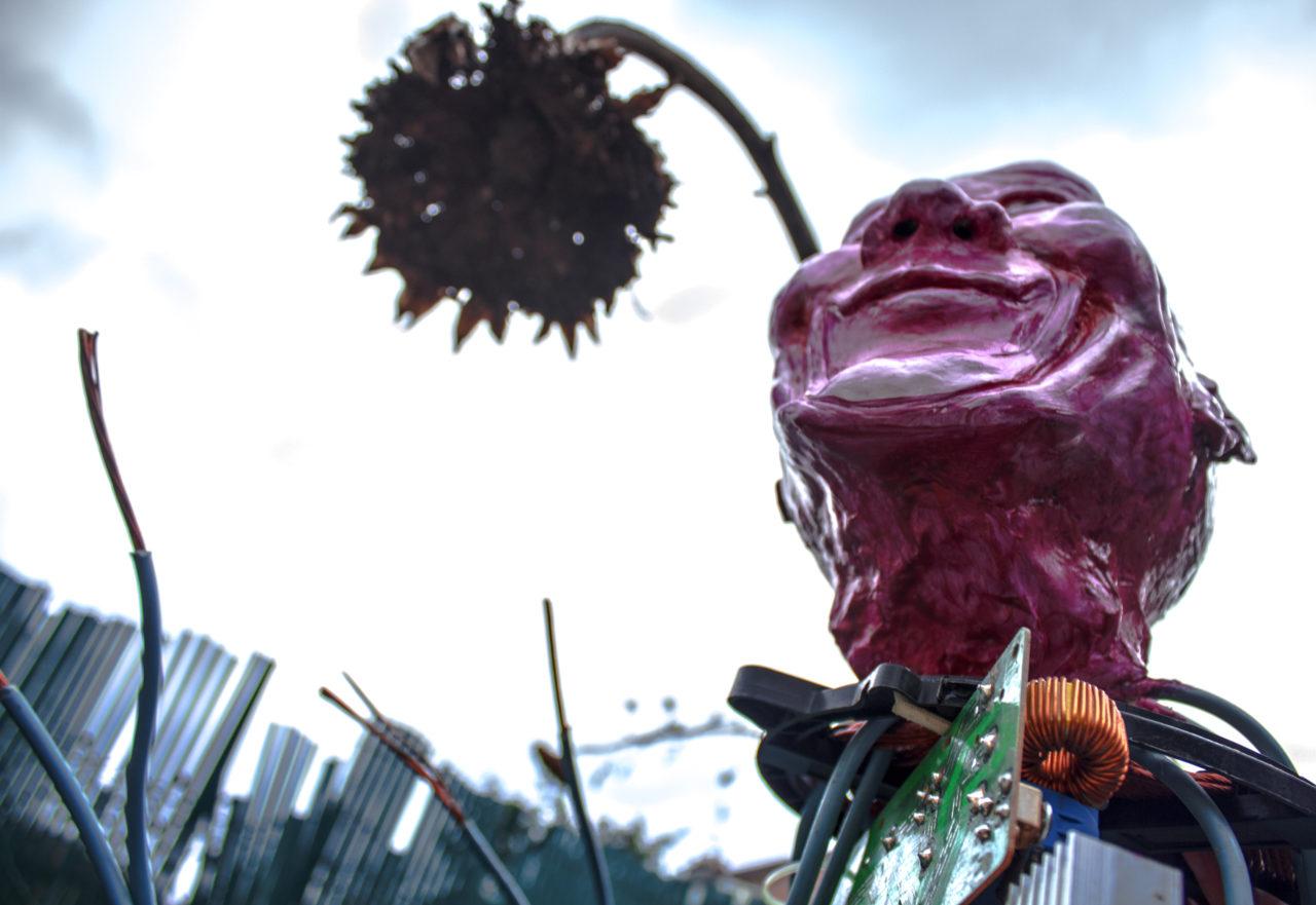 L'homme transcendantal, 2017, sculpture en argile sur pièces electroniques